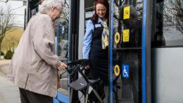 Seniorin mit Rollator bekommt Hilfe beim Einsteigen von einer LVB-Mitarbeierin / Bild: © Leipziger Verkehrsbetriebe