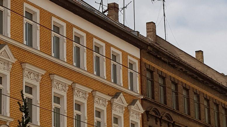 Alte Fernsehantennen auf dem Dach eines Gründerzeithauses.