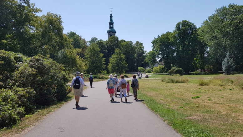 Eine Gruppe Menschen wandert der Markkleeberger Kirche entgegen. / Foto: Dagmar Vorpahl