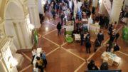 Viele Menschen an Ständen in der Wandelhalle des Neuen Rathauses.