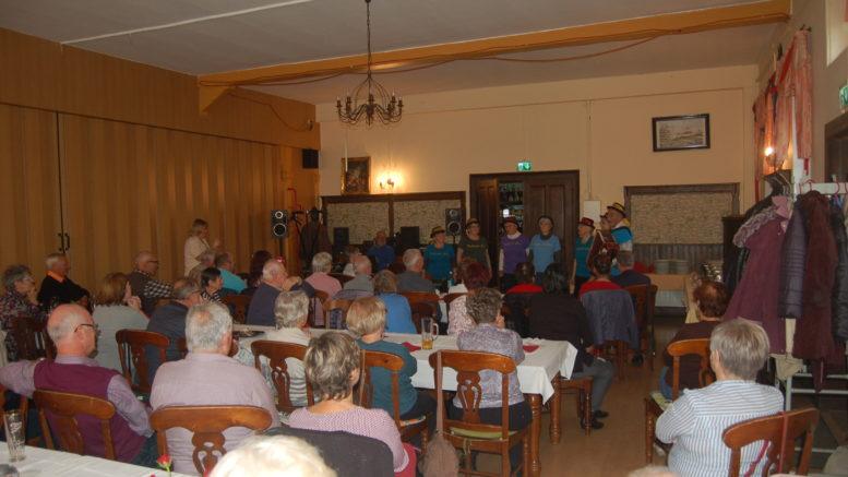Ein voller Saal, wo vorn Kabarett gespielt wird.