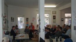 36 Menschen lauschen Stefan Keller während seiner Lesung im Stadtteilladen Leutzsch.