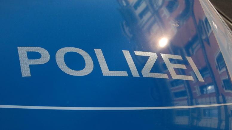 Schriftzug Polizei auf einem Polizeiauto