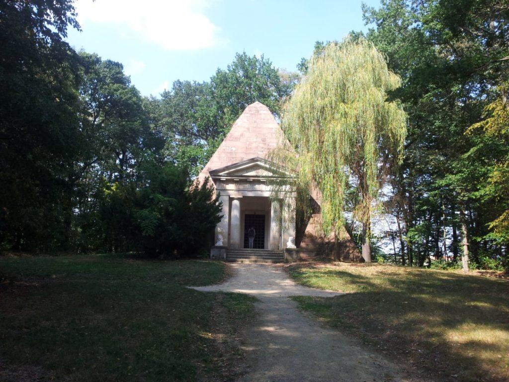 Steinpyramide 1792 erbaut als Familiengruft