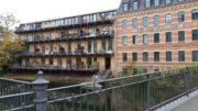 Brücke mit Wasser und Wohnhaus in alter Industriearchitektur