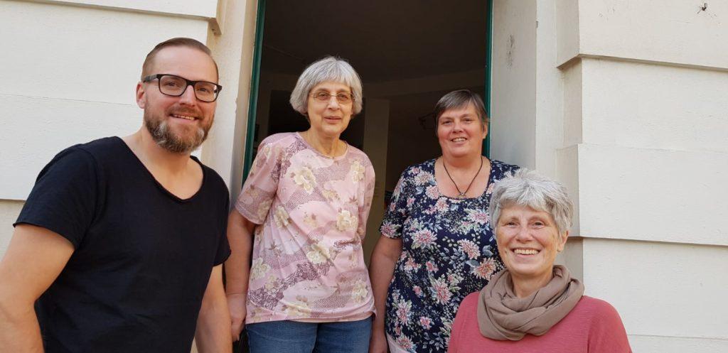Vier Menschen vor der Eingangstür zum Stadtteilladen Leutzsch.