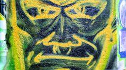 Das Grafitti des Monats September zeigt ein grün-gelbes Gesicht.