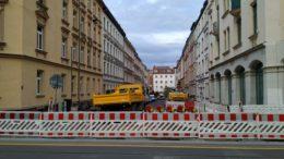 Einee weiß-rote Absperrung sichert die Straßenbaustelle ab.