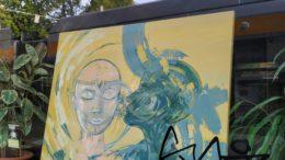 Zwei Köpfe auf einem Bild in einem Leutzscher Schaufenster.