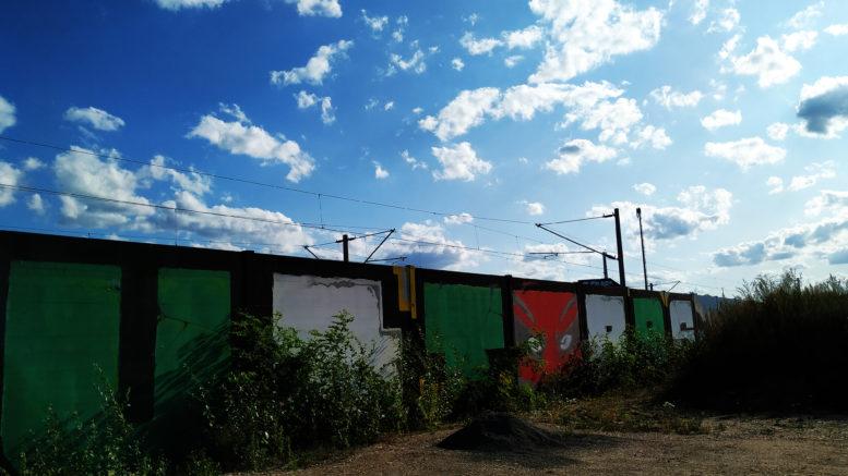 Der Schrifftzug Ultras als großes Graffiti am Leutzscher Bahngelände.
