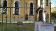 Am Kirchenzaun der Leutzscher Kirche hängt ein Ankündigungsplakat für die Sommerkonzerte.