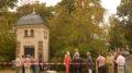 """Viele Menschen freuen sich auf die Eröffnung der Ausstellung """"Sommerliches Leutzsch"""" vor dem Leutzscher Trafohäuschen."""