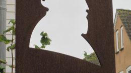 Husum: Vor dem Theodor-Storm-Haus steht diese Plastik, die Silhouette des Dichters zeigend.