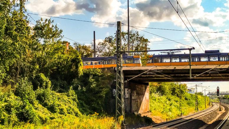 Eine alte Leipziger Straßenbahn überquert die Georg-Schwarz-Brücke auf dem Weg nach Leutzsch.